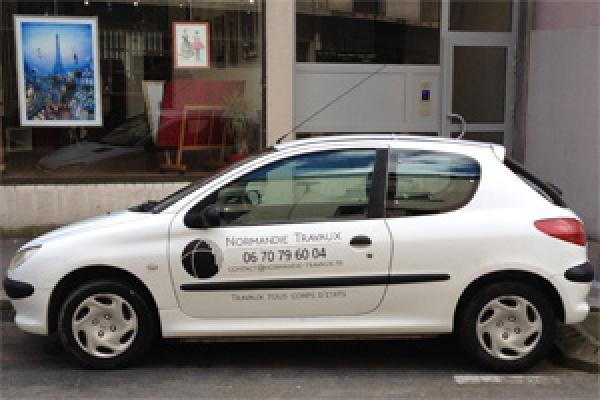 voiture société normandie travaux avec lettrage noir